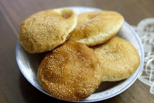 Bánh tiêu có thành phần chính từ bột mì, đường, men và được chế biến bằng cách chiên trong chảo dầu nóng. Khi chín, bánh vàng ruộm và phồng to, để ráo dầu ăn vừa mềm bên trong vừa giòn vỏ ngoài, ăn ngon nhất khi còn nóng. Trước đây, kẹp bánh bò bên trong bánh tiêu là một cách ăn phổ biến, các gánh hàng rong thường bán hai loại bánh cùng lúc. Hiện cách ăn này đã dần mai một, bánh tiêu thường được bán trên xe quẩy nóng, bánh bò thường bán chung với bánh da lợn, nhưng khi nhắc đến một trong hai thì nhiều người vẫn nhớ tới cái tên còn lại. Ảnh: Út Liên.