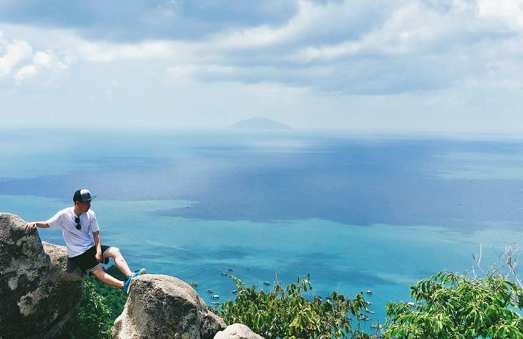 Hòn Sơn, Kiên GiangNằm tại tỉnh Kiêng Giang, Hòn Sơn là điểm đến ít nổi tiếng và không đông đúc như Phú Quốc, Nam Du. Cũng giống như các hòn đảo khác trong Vịnh Thái Lan, Hòn Sơn có làn nước biển xanh trong và những con đường ven biển rợp bóng dừa, thích hợp với du khách yêu thích vẻ đẹp hoang sơ.Ở đây có nhiều bãi biển để bạn lựa chọn như bãi đá chài, bãi Bấc, bãi Bàng...Đường duy nhất đến đảo Hòn Sơn là qua cảng Rạch Giá. Từ Hà Nội, hiện chưa có đường bay thẳng tới đây, vì vậy du khách đi máy bay sẽ nối chuyến ở TP HCM. Ngoài ra, du khách cũng có thể chọn đường bay tới Phú Quốc, sau đó di chuyển bằng tàu về cảng Rạch Giá. Từ cảng mới có các chuyến tàu đi Hòn Sơn. Giá vé tàu là 140.000 đồng một người. Với du khách từ TP HCM, có thể đi máy bay tới sân bay Rạch Giá, hoặc đi xe khách giường nằm tới bến xe. Ở đây, di chuyển tới cảng. Trước khi có kế hoạch đi tới đây, du khách lưu ý đặt vé tàu trước để tránh hết chỗ và kịp giờ tàu chạy. Ảnh: Nhật Tân.
