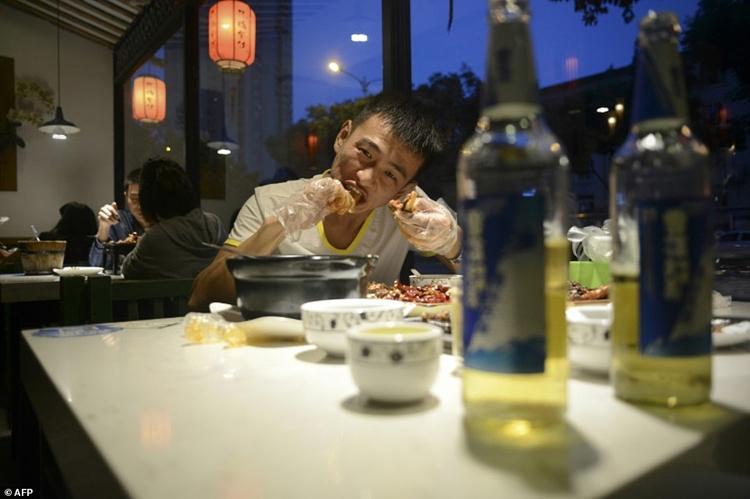 Đối với người Tứ Xuyên, chơi với thức ăn rất vui, họ thích cảm giác phải vật lộn một chút với món ăn của mình. Ảnh: AFP.