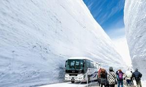 Con đường lọt giữa bức tường tuyết khổng lồ