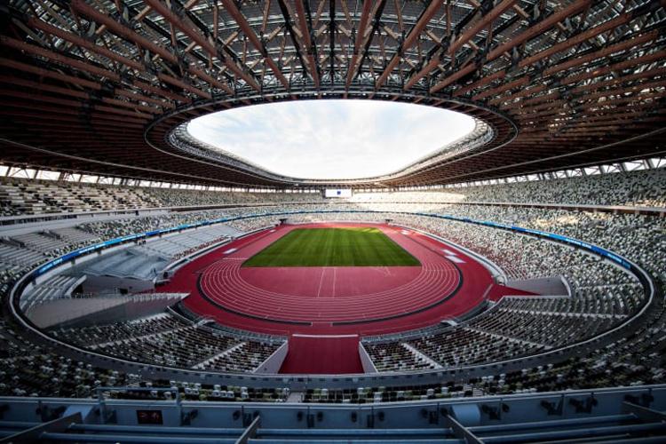 Với sức chứa 68,000 người, sân vận động được thiết kế mở theo hình bầu dục với mái che được làm từ thép và gỗ mắt cáo cho phép không khí dễ dàng lưu thông, bởi mùa hè ở Tokyo nhiệt độ rất nóng. Ảnh: CNN.