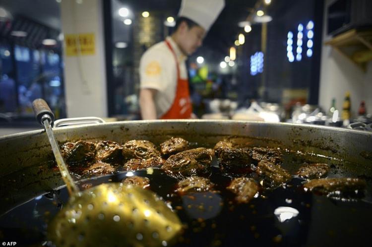 Bếp trưởng nhà hàng Yin Dingjun cho biết công thức nấu đầu thỏ trông có vẻ đơn giản nhưng đòi hỏi đầu bếp phải có kỹ thuật tốt. Đầu bếp phải rút hết máu, nội tạng trước khi ướp đầu thỏ trong nước dùng trong vài giờ. Ảnh: AFP.