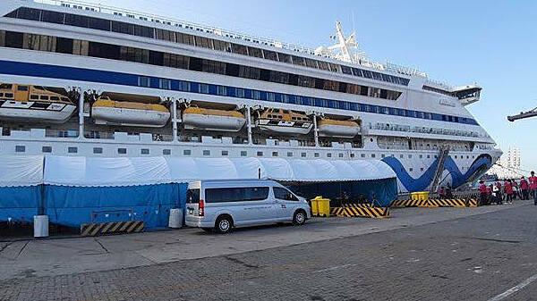 Tàu AIDAvita cập cảng Laem Chabang sáng 15/2. Một số hành khách đã hoàn thành kiểm tra sức khoẻ và được trả hộ chiếu, rời cảng.Aida Vita xuất phát từ Bali (Indonesia) vào 17/1 và không dừng tại cảng nào của Trung Quốc trước khi đến Hạ Long. Hãng khẳng định không có trường hợp nghi nhiễm nCoV nào trên tàu, và không có hành khách hay thủy thủ nào đến Trung Quốc trong vòng 14 ngày trước đó. Ảnh: REX