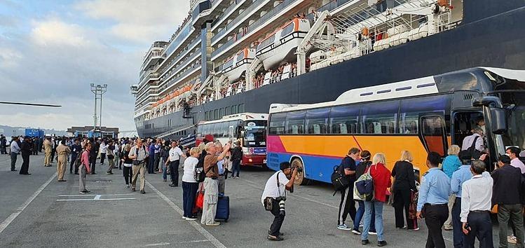 Hơn 10 chiếc ô tô 45 chỗ của công ty Tân Hồng đón du khách và thuỷ thủ đoàn từ tàu đi tham quan Sihanoukville ngày 16/2. Ảnh:Sam Nouen.