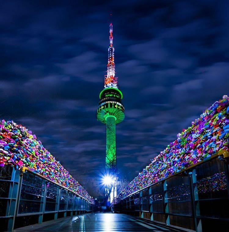 Tháp NamsanĐược biết đến là một trong những địa danh nổi tiếng ở Seoul, tháp Namsan đặc biệt thu hút khách du lịch bởi vẻ đẹp về đêm đầy hào nhoáng. Từ đài quan sát của tòa tháp, bạn có thể ngắm nhìn toàn cảnh Seoul dưới ánh đèn. Bên cạnh đó, bạn còn có thể nhìn ngắm những ổ khóa tình yêu mà du khách gắn chặt vào lan can sắt của Namsan. Ảnh: Executive And Group Development.