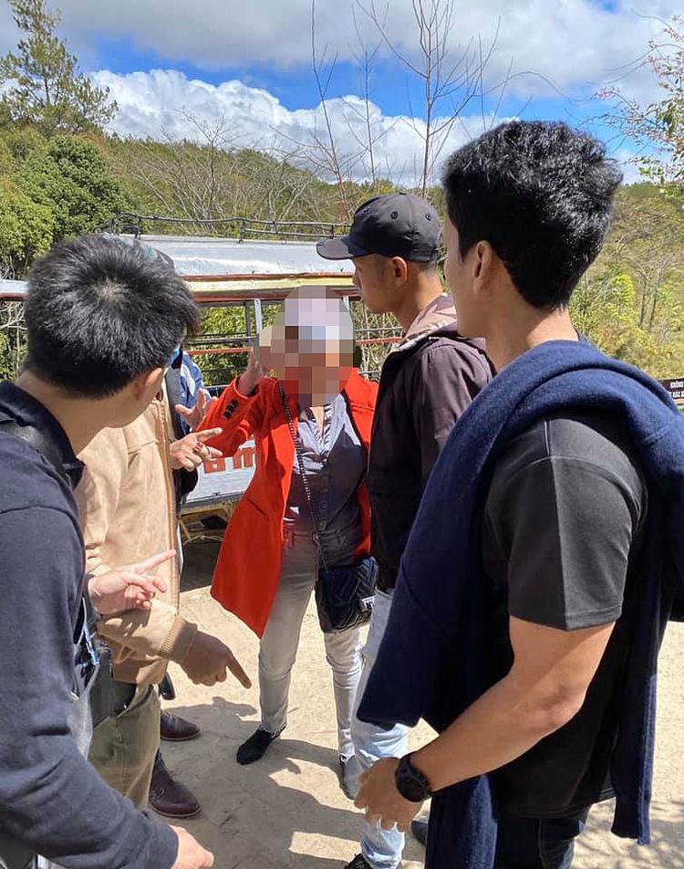 Nữ du khách người Việt (áo đỏ) đang tranh cãi với du khách Thái Lan.