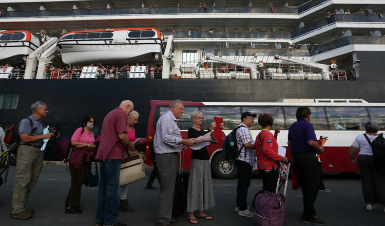 Hành khách rời tàuMS Westerdam cập cảng ở Sihanoukville. Ảnh: Chor Sokuntemat/Khmer Times.