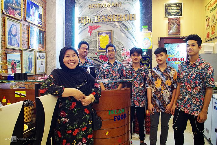 Bà Hajal Basiroh, người khởi thủy con phố Malaysia, cùng những nhân viên là con em dân tộc Chăm có hoàn cảnh khó khăn được bà dạy học miễn phí. Ảnh: Tâm Linh.