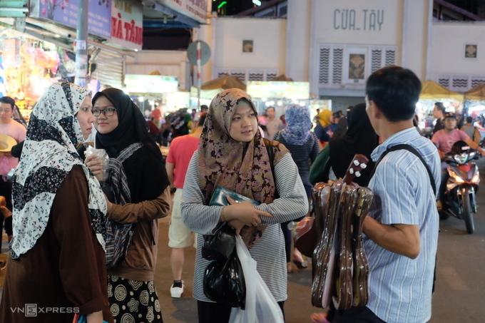 Saigon Halal street đặc trưng với những mái đầu choàng khăn. Ảnh: Dy Khoa.