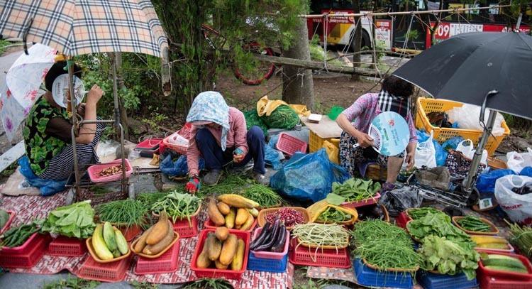 Thành phố có 3 chợ chính và 4 khu vực bày bán thực phẩm đặc sản. Thực phẩm tươi sống được bày bán khắp thành phố. Ảnh: BBC.