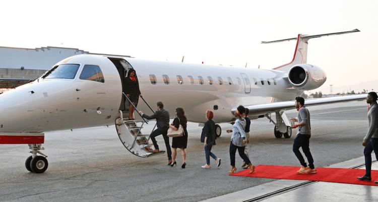 Dịch vụ máy bay tư nhân đắt hơn máy bay thương mại rất nhiều. Ảnh: Locale Magazine.
