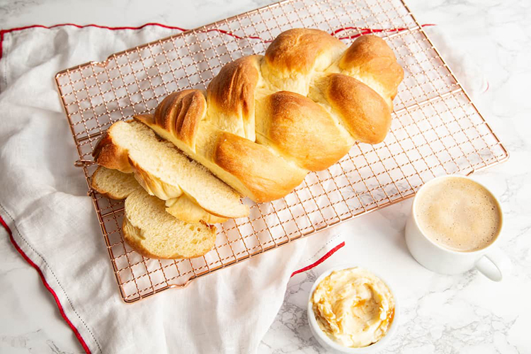 Bánh mì bện Zopf là tên gọi loại bánh mì phổ biến ở các nước Thụy Sĩ, Áo, Đức. Bánh được làm từ bột mì trắng, sữa, trứng, bơ và men, khi nặn thường được bện xoắn vào nhau. Hình dạng bánh mì bện bắt nguồn từ phong tục chôn lọn tóc theo người chồng đã khuất của các góa phụ Thụy Sĩ. Theo truyền thuyết thời cổ đại, nếu một người đàn ông đã có vợ nhưng chết thì nghĩa vụ của vợ là phải theo anh ta xuống mồ, được chôn cất bên cạnh anh ta. Phụ nữ các nước phương Tây đã đấu tranh bỏ hủ tục, với hình thức cách cắt bím tóc dài chôn cùng chồng. Sau nhiều thế kỷ, ổ bánh mì bện hình bím tóc được thay thế. Hiện bánh mì bện Zopf thường được phục vụ cho bữa sáng cuối tuần trong gia đình, dùng kèm bơ và mứt, hoặc pho mát mềm và thịt nguội. Ảnh: Goodfoodstories.