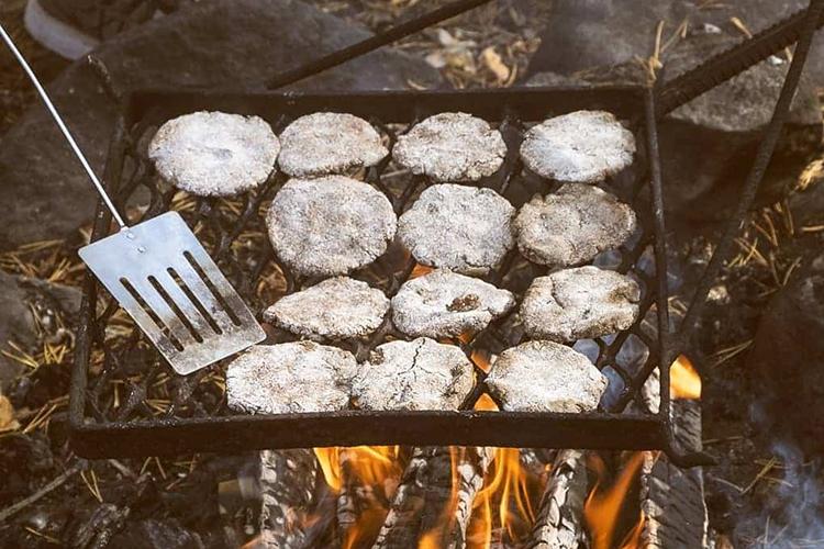 Bánh mì vỏ cây Chiếc bánh tên là Pettuleipä (tên tiếng Phần Lan), đã trải qua một chặng đường lịch sử lâu dài của người Scandinavia. Nhóm người bản địa Sámi ở phía bắc Scandinavia từ lâu đã sáng tạo ra cách biến vỏ cây thông và bạch dương làm thực phẩm chính. Đến nạn đói cuối thế kỷ 16, do thiếu ngũ cốc trầm trọng, các thợ bánh đã sử dụng bột mì nghiền từ vỏ cây khô tạo ra bánh mì để giải quyết nhu cầu lương thực cho người dân. Trong thế kỷ 20, chiếc bánh trở thành khẩu phần ăn phổ biến cho quân đội thời chiến tranh. Ổ bánh mì có vị đắng, xơ, thoảng mùi gỗ.Hiện nhiều thợ làm bánh mì vỏ cây ở các nước Bắc u vẫn làm theo công thức truyền thống và thêm một lượng nhỏ ngũ cốc để tăng dinh dưỡng và dễ ăn hơn. Ảnh: Paspah.