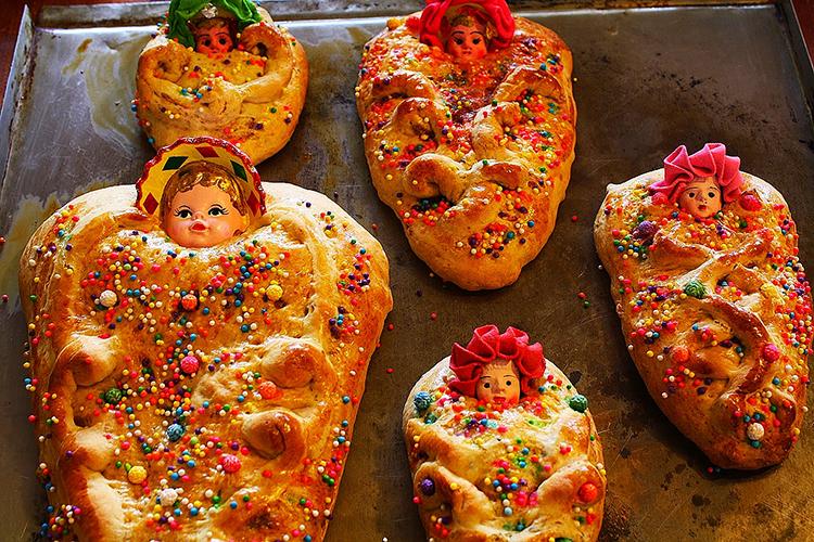 Bánh mì em bé T'anta Wawa, tên Latin của loại bánh cuộn ngọt được trang trí dưới dạng hình em bé, là bánh truyền thống có mặt trong ngày tảo mộ, ngày Thánh và một số lễ hội để trao tặng những linh hồn đã khuất ở một số quốc gia Nam Mỹ. Các ổ bánh được bọc thêm một cái đầu búp bê nhỏ, hoặc được vẽ trực tiếp lên bánh tạo thành hình em bé quấn chăn. Bánh mì có thành phần chính như quế, nho khô vàng, kẹo trái cây và hoa hồi. Bánh mì em bé có mặt từ thời người châu u chưa khám phá ra châu Mỹ (trước thế kỷ 15), vốn được tặng như một món quà tại lăng mộ của trẻ em, nhưng nay ai cũng có thể ăn. Du khách thập phương có thể dễ dàng tìm mua tại lễ hội bánh mì ở thành phố Cusco (Peru) vào dịp lễ Thánh ngày 1 và 2 tháng 11 hàng năm. Ảnh:Perusumaq.