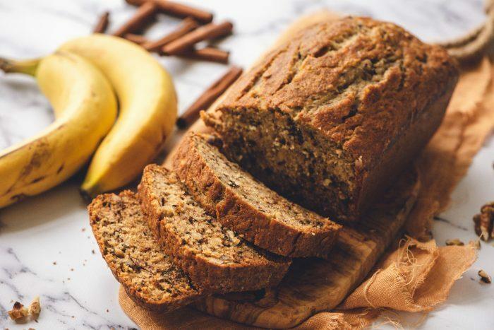 Bánh mì chuối Loại bánh mì ngọt ra đời tại Mỹ được làm từ chuối nghiền là nguyên liệu chính, có độ ẩm mềm tơi. Thời kỳ Đại suy thoái tại quốc gia này, từ năm 1929 kéo dài suốt những năm 1930, khiến mọi nguyên liệu thực phẩm đều trở nên quý giá, không ai muốn bỏ đi thứ gì kể cả trái chuối chín rục. Khi đó, một công thức sử dụng chuối chín kết hợp cùng bột nở, được phát hành trong sách dạy nấu ăn, đã tạo nên trào lưu bánh mì chuối vừa chế biến nhanh lại ngon miệng. TạiMỹ,23/2 hàng năm đượcvinh danh làNgày Bánh mì chuối quốc gia. Hiện loại bánh này được biến tấu với nhiều công thức như thêm chocolate, các loại hạt ngũ cốc, nho khô hoặc thay đổi hình dáng. Ảnh: Reluctant Entertainer.