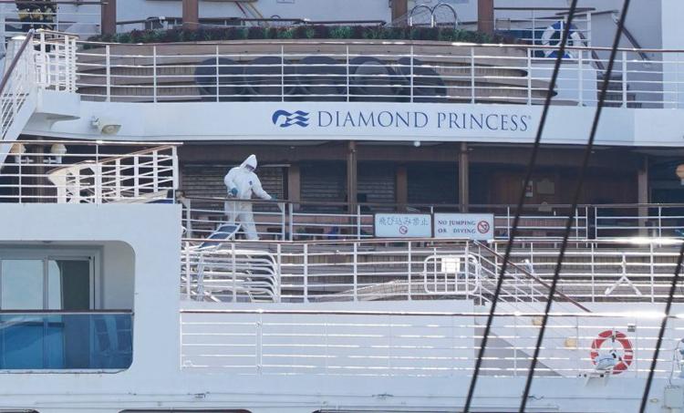 Nhân viên y tế trên tàu hôm 19/2. Tàu Diamond Princess bắt đầu bị phong tỏa tại cảng Yokohama vào ngày 5/2. Các thủy thủ đoàn phần lớn đều tiếp tục phải làm nhiệm vụ của mình, chuẩn bị bữa ăn, vệ sinh tàu và giao đồ ăn cho khách. Ảnh: AFP.