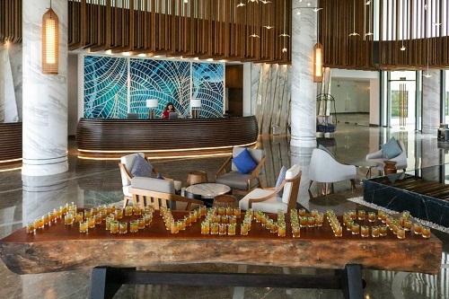 Hơn 100 ly nước chào mừng được chuẩn bị tại tiền sảnh khách sạn, chờ đón những tài xế taxi tại đảo Ngọc.