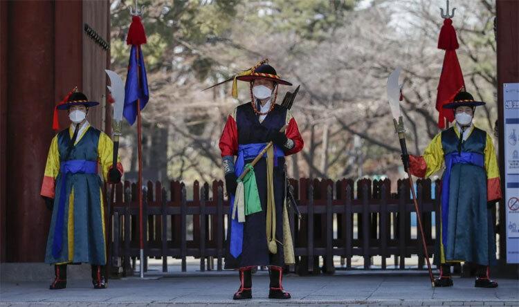 Nhân viên tại một điểm du lịch ở thủ đô Seoul, Hàn Quốc đeo khẩu trang trong những ngày đất nước đang bùng phát dịch nCoV. Ảnh: AP.