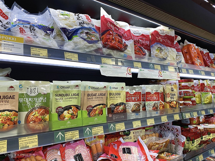 Đặc biệt bán chạy là tokkboki (bánh gạo cay), kimchi, mỳ tôm và rượu soju. Ngoài ra, siêu thị còn bán một số món ăn được chế biến sẵn để những người không có điều kiện nấu ăn có thể mua về dùng ngay.