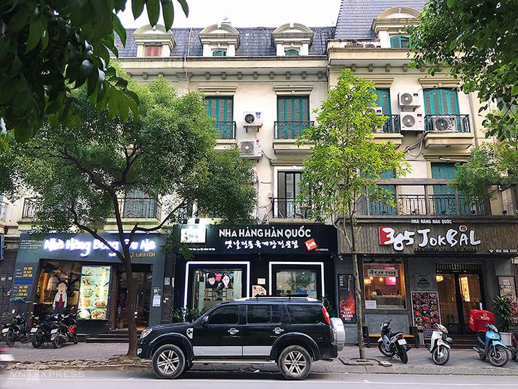 Trên hai tuyến phố Đỗ Đình Thiện và Trần Văn Lai chỉ dài khoảng một km nhưng có tới hơn 30 hàng quán dịch vụ.