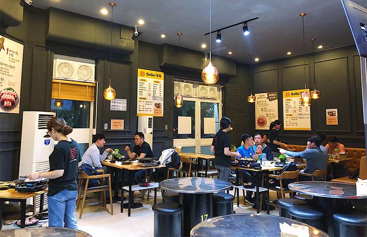 Theo chia sẻ của các quản lý nhà hàng, mỗi ngày các nhà hàng ở đây đón khoảng 100 - 150 lượt khách. Buổi tối sẽ đông hơn vì sau khi đi làm về, đàn ông Hàn Quốc thường ra quán nhậu để ăn uống và gặp gỡ bạn bè, đồng nghiệp. Cuối tuần, họ sẽ dành thời gian đi ăn với gia đình.