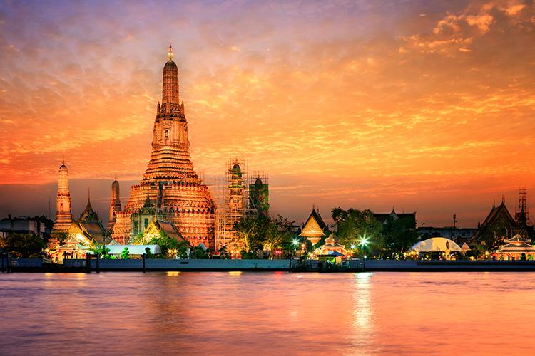 Vẻ đẹp của Bangkok nhìn từ sông ChaoPhraya. Ảnh: SantiPhotoSS/Shutterstock.