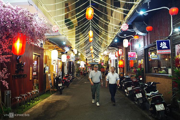 Con hẻm 8A Thái Văn Lung trong khu phố Nhật giăng đèn rực rỡ thu hút sự chú ý của du khách ngay từ ngoài đường lớn. Ảnh: Tâm Linh.