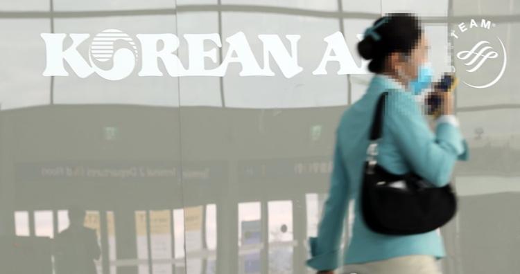 Ảnh chụp một tiếp viên của hãng Korean Air tại nhà ga số 2 ở sân bay Incheon vào ngày 25/2. Ảnh: Yonhap.