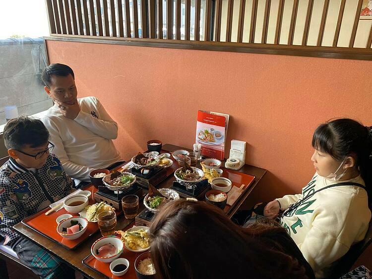 Du khách thưởng thức bữa ăn trong tour Nhật Bản. Ảnh: Tugo.