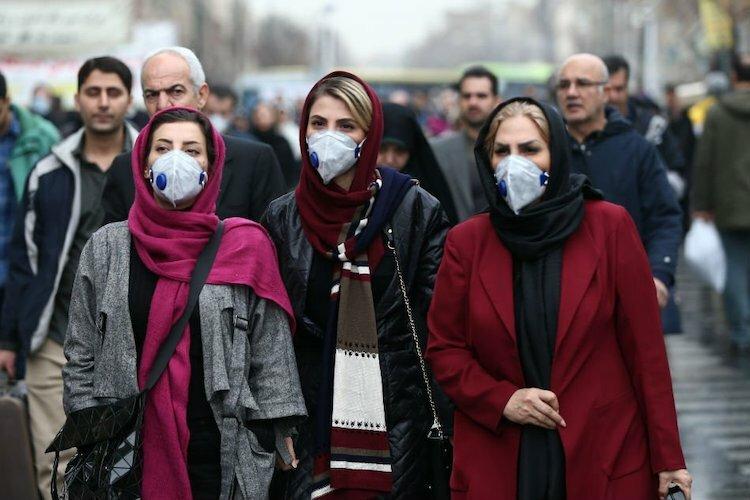 Người dân Tehran đeo khẩu trang để phòng ngừa virus corona khi đi dạo tại Grand Bazaar, Tehran, Iran vào 20/2. Ảnh: Reuters.