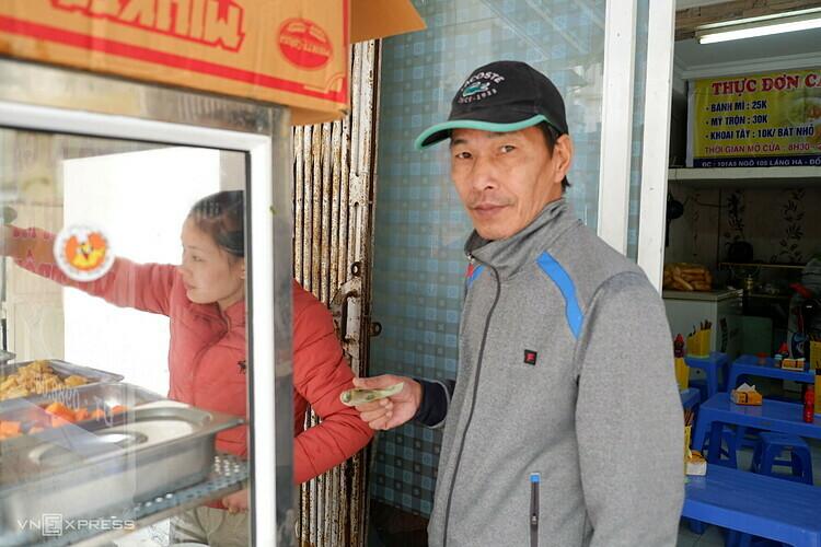 Suất cà ri 2 bánh mì ông Cường (ảnh) có giá 35.000 đồng.