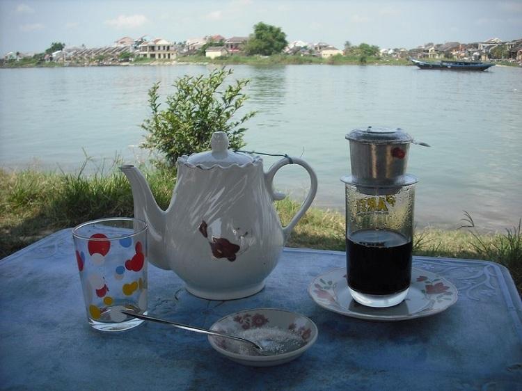 Cà phê phin Việt Nam. Ảnh: Andy Wright/Flickr.