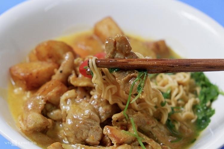 Mì trộn cà ri là món ăn nhiều khách yêu thích ở quán.
