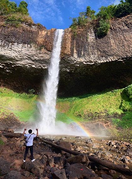Thảm rêu màu xanh khiến thác nước mang vẻ nguyên sơ, đẹp lạ. Ảnh: Nguyễn Bỉnh Huy.