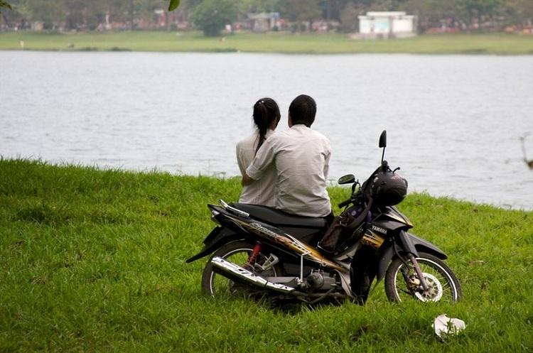 Tình yêu trên xe máy. Ảnh: Katina Rogers/Flickr.