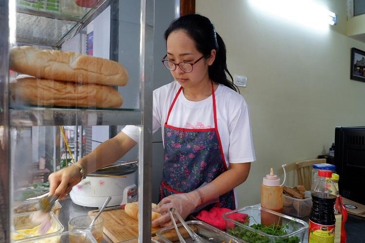 Quán bánh mì mở cửa từ 7h đến 21h. Thực khách có thể ngồi lại quán hoặc mua về. Bánh mì thập cẩm xíu mại có giá là 40.000 đồng, bánh xíu mại là 30.000 đồng.
