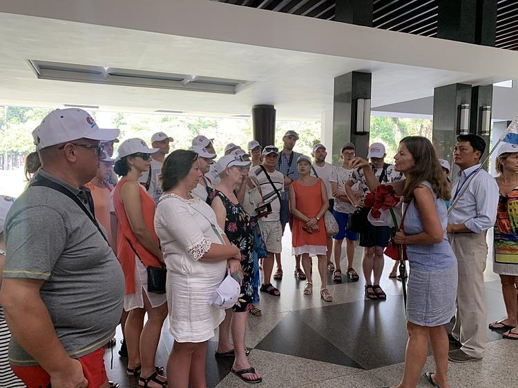 Đoàn khách nước ngoài tham quan Hội trường Thống nhất ngày 21.2. Giảm giá dịch vụ đang được nhiều công ty du lịch Việt Nam triển khai để thu hút du khách trong và ngoài nước. Ảnh: Nguyễn Nam