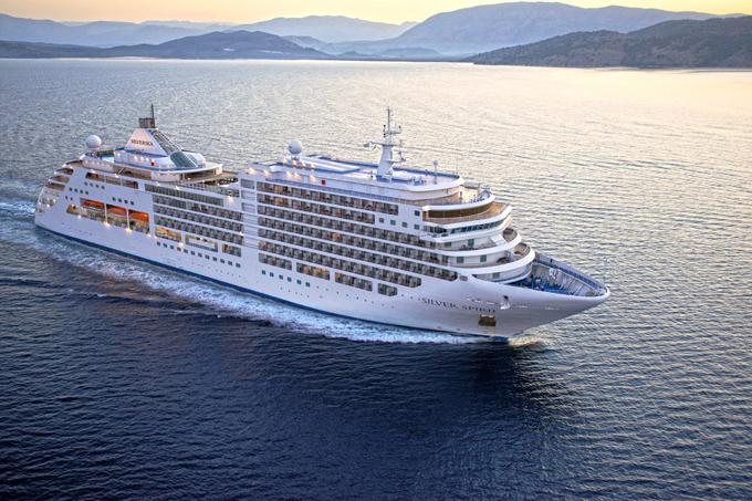 Một tàu du lịch lớn sẽ có đầy đủ tiện nghi như một thành phố thu nhỏ với các dịch vụ giải trí, phòng gym và vô số quầy hàng ăn trên tàu. TàuSilver Spirit được trang đánh giáCruise Criticbình chọn là du thuyền tốt nhất 2019 cho những chuyến du ngoạn bờ biển.Ảnh: Cruise Critic.