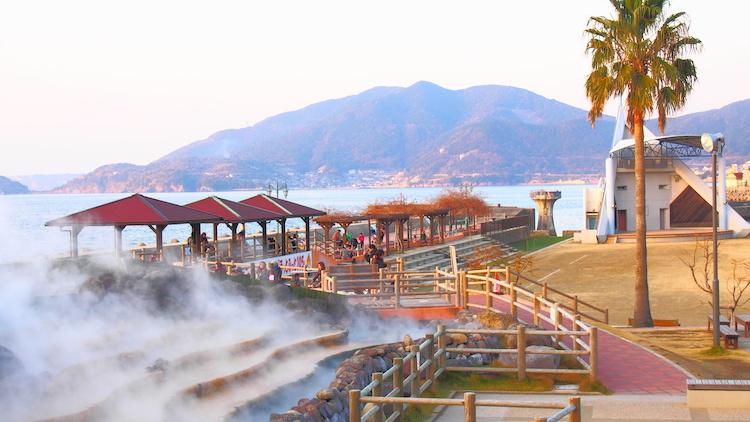 Suối nước nóng tự nhiên trong thị trấn. Ảnh:Discovery Nagasaki.