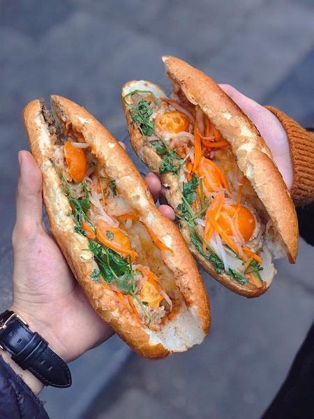 Bên cạnh phở, bún chả và nem cuốn, bánh mì là một trong những món ăn phổ biến nhất tại Việt Nam và nổi tiếng với thế giới. Bánh mì được cho là xuất phát từ bánh baguette mà người Pháp đem vào nước ta. Trải qua nhiều năm tháng, bánh mì đã được kết hợp thêm các loại nhân, tùy theo từng vùng miền. Ở Hà Nội, các loại nhân ăn kèm thường thấy là patê, chả, lạp xưởng, trứng và thịt xiên nướng. Tuy nhiên, thực khách cũng có thể đổi vị với món bánh mì xíu mại, trứng muối, lấy ý tưởng từ bánh mì Sài Gòn, tại địa chỉ 22 Hàng Vải. Ảnh: Đức.