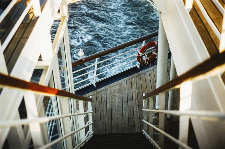 Tay vịn cầu thang, lan can tàu... là những nơi hành khách được khuyên không nên chạm vì, vì dễ tiếp xúc với virus gây ra các bệnh tiêu chảy. Ảnh: Pubilc Domain pictures.