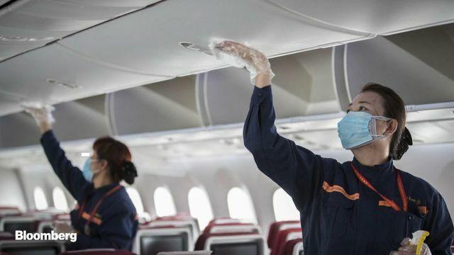 Lau chùi các bề mặt cứng bằng dung dịch sát khuẩn là một khâu trong quy trình vệ sinh khử trùng máy bay. Ảnh:Bloomberg.
