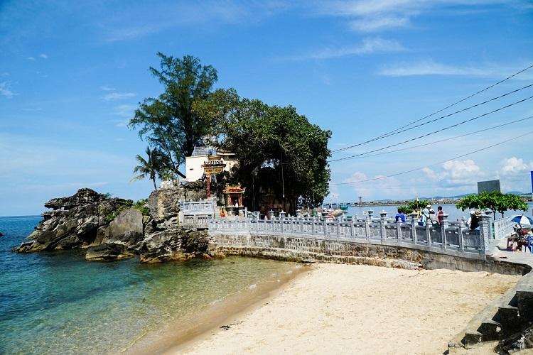 Dinh Bà - Dinh CậuDinh Bà Thủy Long Thánh Mẫu và Dinh Cậu là 2 điểm đến linh thiêng nhất tại Phú Quốc, cách trung tâm thị trấn Dương Đôngkhoảng 2 km. Đây là nơi những người làm chài lưới tới để cầu an, cầu mưa thuận gió hòa vào mỗi dịp lễ, Tết. Đặc biệt vào 15 tháng Giêng hàng năm, người dân tổ chức lễ hội ở cả 2 ngôi đền, thu hút nhiều người tham dự. Ảnh: Khương Nha.