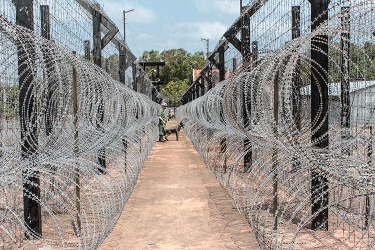 Nhà tù Phú QuốcNằm tại xóm Cây Dừa, xã An Thới, bảo tàng di tích chiến tranh là địa điểm tham quan thu hút du khách. Điểm tham quan mở cửa từ 8h tới 17h hàng ngày và miễn phí vé vào cửa. Ảnh: Hanohiki/Shutterstock.