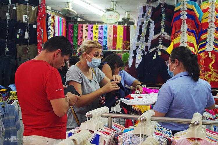 Khách mua sắm ở chợ Bến Thành, TP HCM sáng 21/2, trong khi hai tuần trước, nơi này chủ yếu là chủ ngồi coi hàng. Ảnh: Tâm Linh.