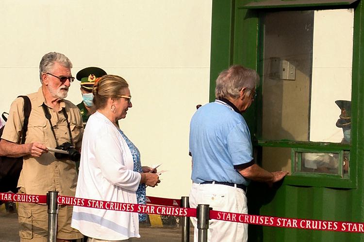 Đoàn khách làm thủ tục nhập cảnh tại trạm kiểm soát biên phòng. Ảnh: Khánh Vân.
