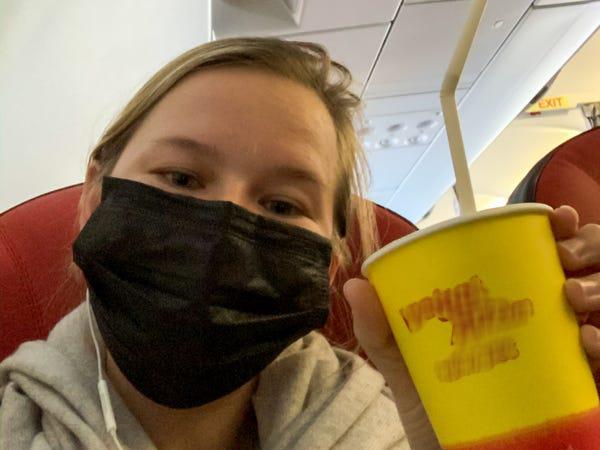 Kate đeo khẩu trang trên chuyến bay tại Việt Nam. Ảnh: Kate Taylor/Business Insider.