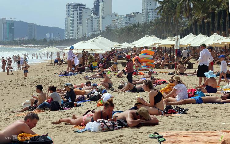 Khách quốc tế tắm biển Nha Trang đông trở lại sau nhiều ngày thành phố này không còn ca nhiễm nCoV. Ảnh: Xuân Ngọc.