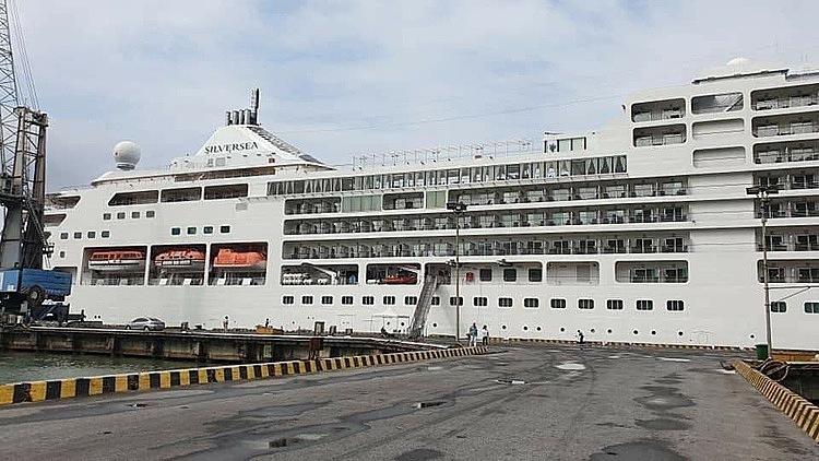 Du thuyền Crystal Symphony cập cảng Chân Mây hôm nay 19/2. Ảnh: M.L