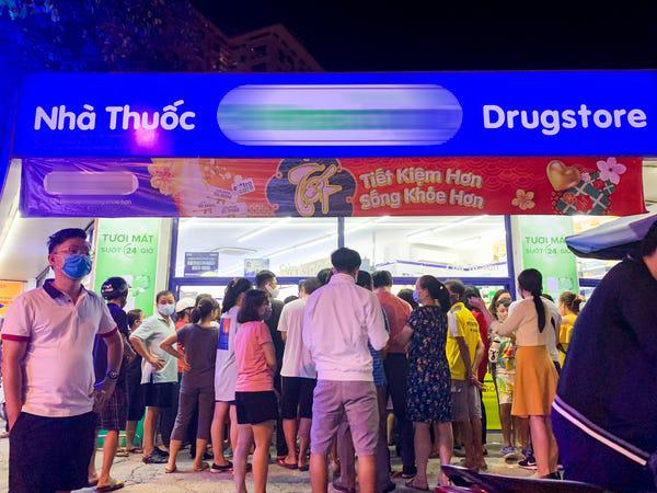 Người dân TP HCM đợi mua khẩu trang. Ảnh: Kate Taylor/Business Insider.